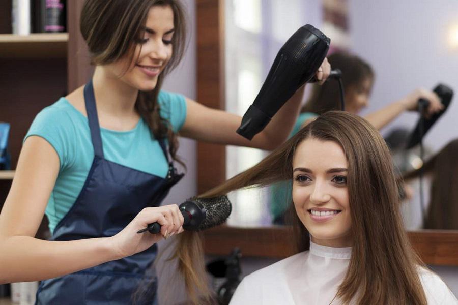 вытягивает волосы феном
